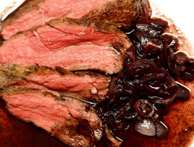 Roastbeef mit Rotweinzwiebeln