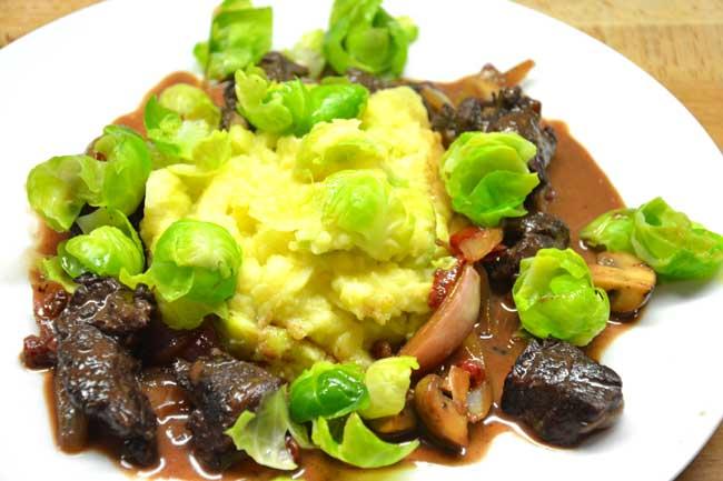 Hirschgulasch Kartoffel - Rosenkohl - Püree kochschläger
